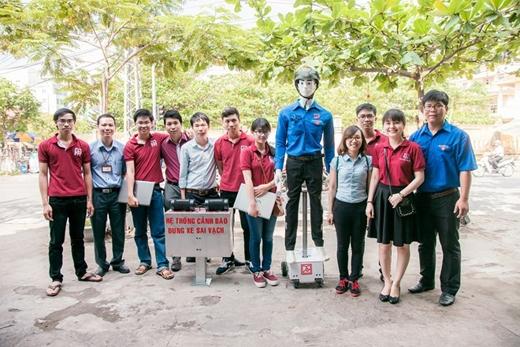 Nhóm bạn sinh viên chế tạo thành công robot đặc biệt này