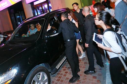 Thậm chí, khi Sơn Tùng lên xe ô tô đi về rồi nhưng các fan vẫn đuổi theo để nhìn thấy thần tượng. - Tin sao Viet - Tin tuc sao Viet - Scandal sao Viet - Tin tuc cua Sao - Tin cua Sao