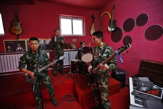 Ngoài việc theo học các khóa về đạo đức truyền thống Trung Quốc, các thanh thiếu niên cũng được dành thời gian để chơi đàn và học âm nhạc.