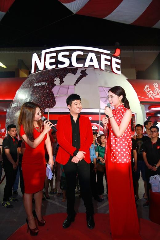 Hoa hậu Kỳ Duyên xuất hiện tươi tắn bên ca sĩ Minh Quân trong trang phục áo dài của NTK Chung Thanh Phong dành tặng riêng cho NESCAFÉ.