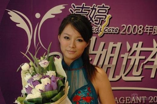 Gương mặt năm 2008 của Trần Mộng Thần dù sáng sủa hơn nhưng gương mặt vẫn khá vuông vắn