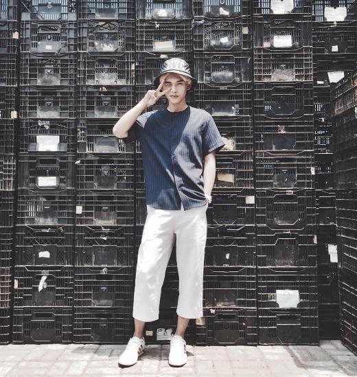 Anh chàng hot boy Dương Minh Tuấn thì khoe phong cách thời trang Hàn Quốc.