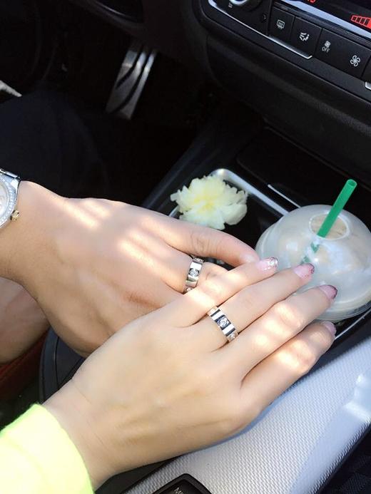 Hình ảnh cặp nhẫn cưới của Phạm Thanh Thảo và chồng.