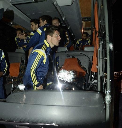 Đêm qua, chiếc xe bus chở 40 thành viên của Fenerbahce bị tấn công khi trên đường ra sân bay Trabzon để trở về Istanbul sau trận thắng 5-1 trước Caykur Rizespor ở giải Super Lig.