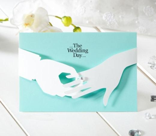 Tấm thiệp cưới được thiết kế đơn giản nhưng vô cùng sang trọng