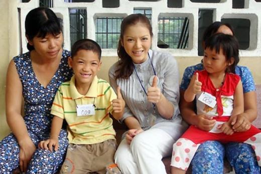 Tháng 6/2009, Lý Nhã Kỳ nhận lời mời làm Đại sứ Operation Smile, một tổ chức phi chính phủ cung cấp dịch vụ y tế và phẫu thuật miễn phí cho trẻ dị tật hở môi, hàm ếch. - Tin sao Viet - Tin tuc sao Viet - Scandal sao Viet - Tin tuc cua Sao - Tin cua Sao