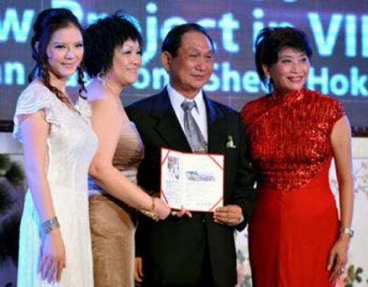 Đi theo mẹ nuôi - bà Alice Chiu, Lý Nhã Kỳ đã nhận lời mời làm Phó Chủ tịch Quỹ Sheen Hok quốc tế. Và cô trở thành Chủ tịch quỹ này tại Việt Nam. - Tin sao Viet - Tin tuc sao Viet - Scandal sao Viet - Tin tuc cua Sao - Tin cua Sao