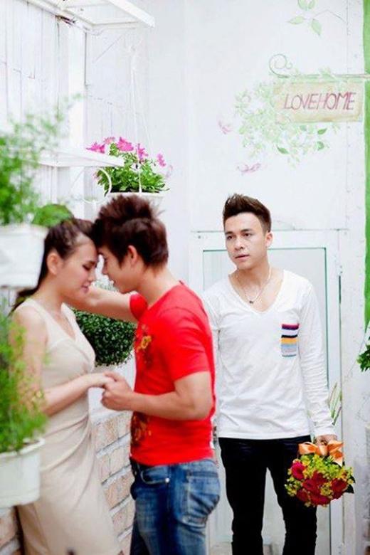Tiến Dũng và Lê Hoàng (The Men) tiếp tục vướng tình tay ba khiến các fans khá đau lòng. Cùng yêu một người con gái nhưng Lê Hoàng có vẻ may mắn hơn khi được cô ấy chấp nhận tình cảm của mình. Những cử chỉ thân mật giữa Lê Hoàng và bạn gái khiến Tiến Dũng 'lặng người' đau xót.