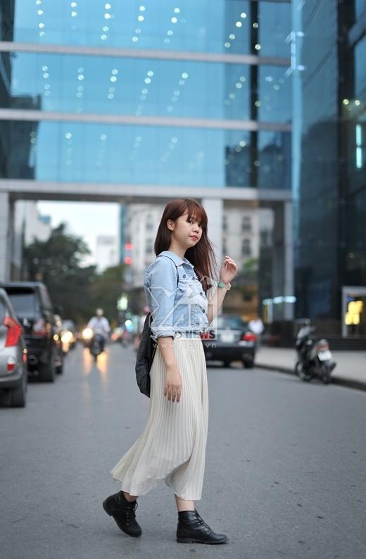 Váy maxi chứng tỏ vẫn chưa bao giờ lỗi thời trong việc tạo sự duyên dáng, nữ tính cho người mặc. Ngoài ra kết hợp với áo khoác jean cũng là một sự lựa chọn quen thuộc của nhiều người. Tuy nhiên, cô bạn này không nên cài tất cả nút áo khoác vì sẽ dễ tạo cảm giác nặng nề cho bộ trang phục.