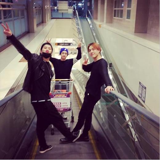 Yugyeom tranh thủ thời gian rảnh rỗi đi shopping cùng các thành viên GOT7 và mẹ