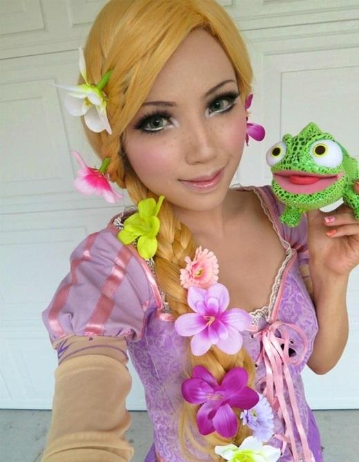 Công chúa tóc mây Rapunzel với cậu bạn kỳ nhông xanh Pascal