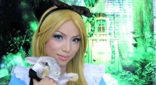 Alice và người bạn thỏ trắng của mình