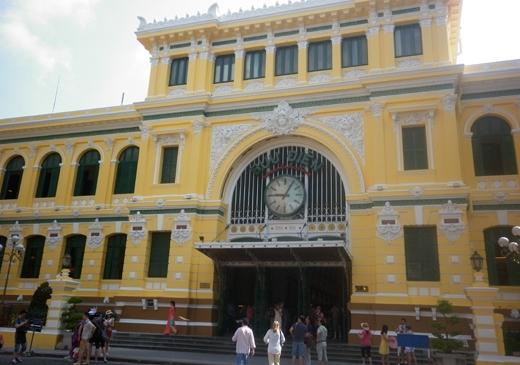 Tòa nhà Bưu điện TP. HCM đã sơn lại toàn bộ với màu vàng nhạt làm chủ đạo. Đây là màu được hội đồng Quy hoạch Kiến trúc TP chọn từ 8 màu sơn thử nghiệm, lãnh đạo UBND thành phố phê duyệt.