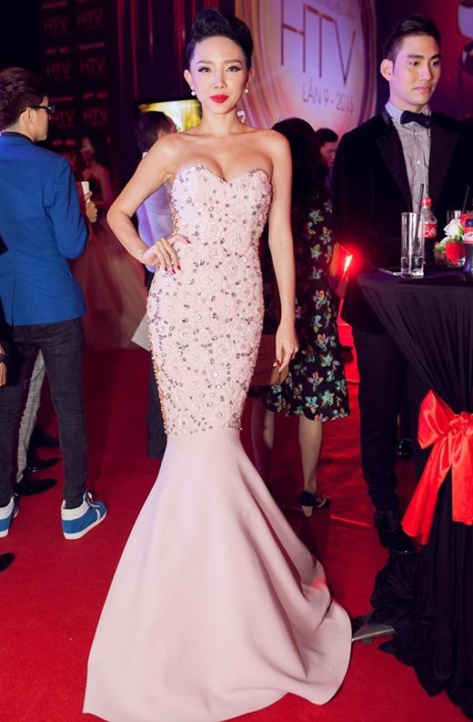 Bộ trang phục này từng được Lý Quí Khánh trình làng tại New York Fashion Week 2015 vào tháng 2 vừa qua.