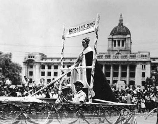 Người đẹp đăng quang Hoa hậu năm 1959 được diễu hành khắp phố phường