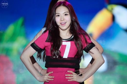 """Giọng ca chính của Red Velvet, Wendy, cũng không khá khẩm hơn với thân hình """"béo múp"""" và trông khá """"dừ"""" so với tuổi 21."""