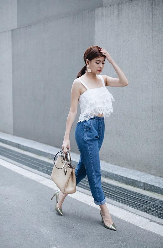 Tuy nhiên, điểm trừ cho nữ ca sĩ nằm ở chiếc túi xách quá khổ cùng giày cao gót không hợp tone màu với trang phục.