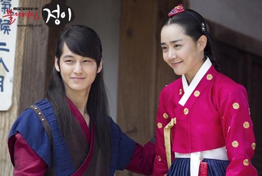 Moon Geun Young và Kim Bum từng hợp tác khi đóng phim Goddess of Fire, Jung Yi và họ đã phải lòng nhau. Tuy nhiên, mối tình chỉ kéo dài được 7 tháng sau khi bộ phim kết thúc.