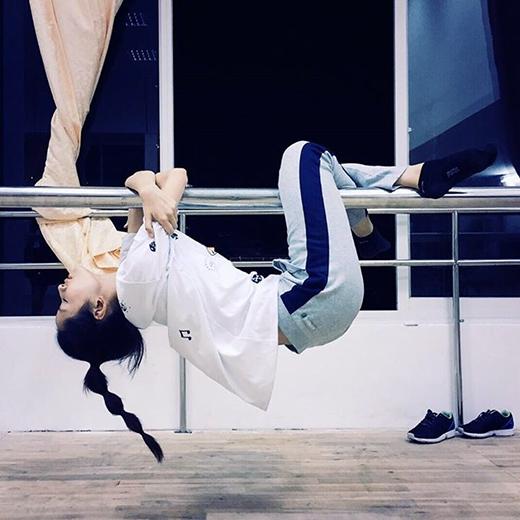 Chi Pu khoe dáng ngủ cực độc khiến các fans khá xót. Đây là hình ảnh Chi Pu đang tập luyện cho Bước nhảy hoàn vũ 2015. Tập luyện liên tục, quên ăn, quên ngủ, cô nàng khiến các fans khá lo lắng khi phải ngủ trong tư thế khó khăn như vậy. Hi vọng Chi Pu sẽ có kết quả thật mỹ mãn trong đêm thi tuần này.