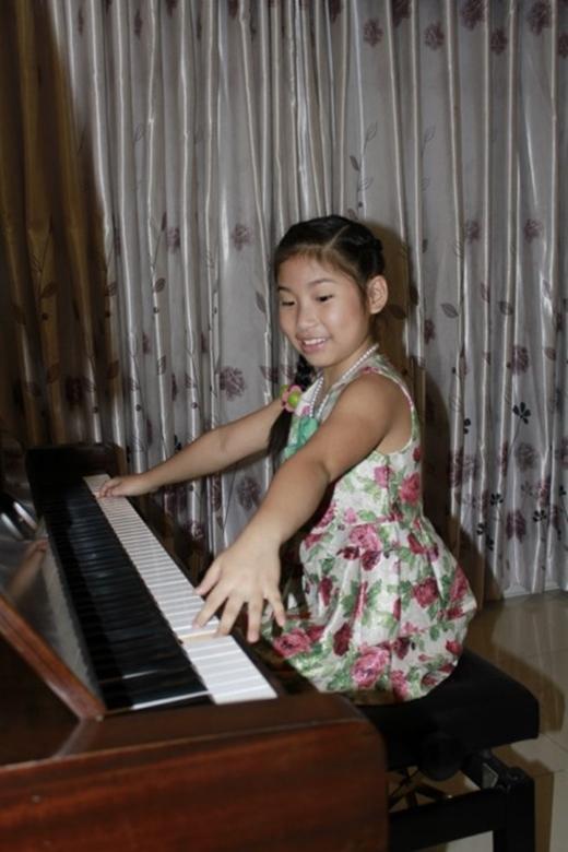 Ở nhà, Uyên Nhi được bố mẹ 'đầu tư' mua hẳn một chiếc piano để cho em học. Thời gian rảnh rỗi sau khi làm bài xong, Uyên Nhi lại ngồi vào tập đàn. Cô bé có khả năng chơi piano khá hay. - Tin sao Viet - Tin tuc sao Viet - Scandal sao Viet - Tin tuc cua Sao - Tin cua Sao