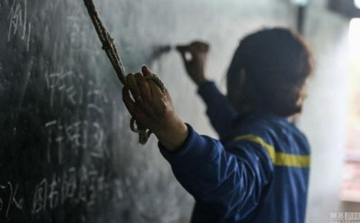 Dù bị bệnh nhưng cô vẫn yêu nghề, vẫn lên lớp đứng giảng. Chồng của cô Zhu là Huang Heming, hiện cũng là giáo viên cùng giảng dạy tại trường. Anh đã buộc một sợi dây thường vào thanh sắt gắn trên tường để vợ mình có thể bám vào đó.