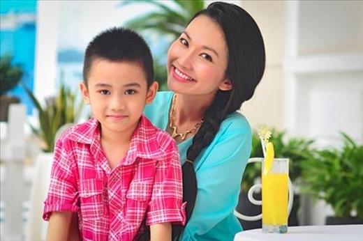 Ở với mẹ từ nhỏ, nên cậu bé vô cùng tâm lý, chững chạc và là chỗ dựa tinh thần vững chắc cho Kim Hiền. - Tin sao Viet - Tin tuc sao Viet - Scandal sao Viet - Tin tuc cua Sao - Tin cua Sao