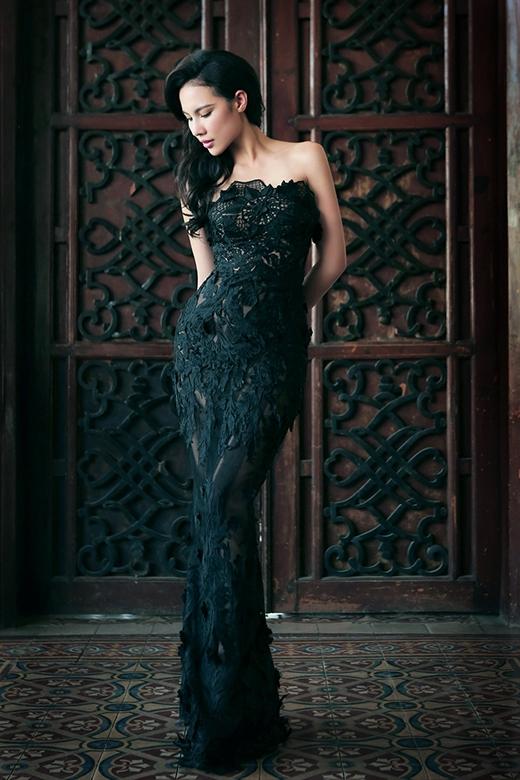 Chiếc váy quây tone đen phom suông lại tôn lên chiều cao lý tưởng của Lệ Quyên cùng vẻ sang trọng, quý phái. Phần cúp ngực tạo điểm nhấn với những đường cắt cúp tinh tế theo họa tiết ren.
