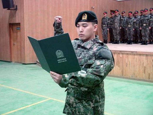 Sungmin nghiêm túc thực hiện nghĩa vụ với đồng phục người lính.