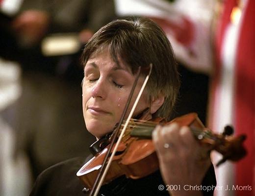 Nghệ sỹ Violon Nancy Dinovo đang khóc trong khi chơi đàn tại Nhà thờ Christ Church ở Vancouver trong lễ tưởng niệm các nạn nhân của cuộc khủng bố 11/9.
