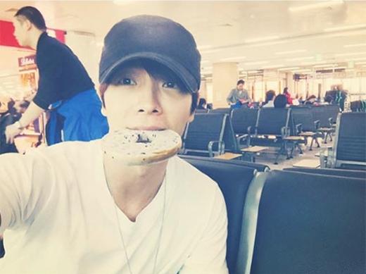 Ngậm một miếng bánh lớn, Donghae chia sẻ: 'Tôi đang đói quá. Kỷ niệm 7 năm Super Junior M. Các bạn cũng chăm sóc bản thân mình nhé'.