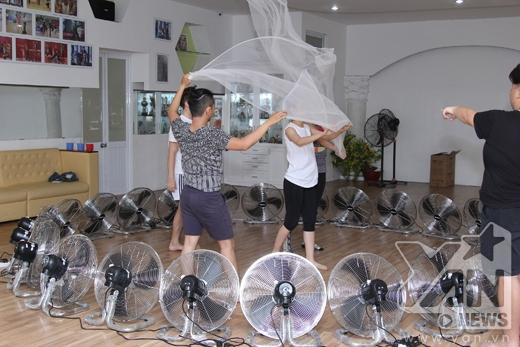 """""""Người tình tin đồn"""" của cô – Phan Hiển cũng có mặt để theo dõi và giúpChi Pu hoàn thành bài nhảy. - Tin sao Viet - Tin tuc sao Viet - Scandal sao Viet - Tin tuc cua Sao - Tin cua Sao"""