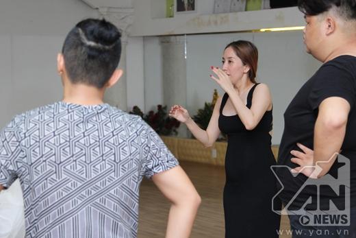 Khánh Thyđưa ra một số ý kiến để bổ sung cho bài nhảy hoàn thiện hơn. - Tin sao Viet - Tin tuc sao Viet - Scandal sao Viet - Tin tuc cua Sao - Tin cua Sao
