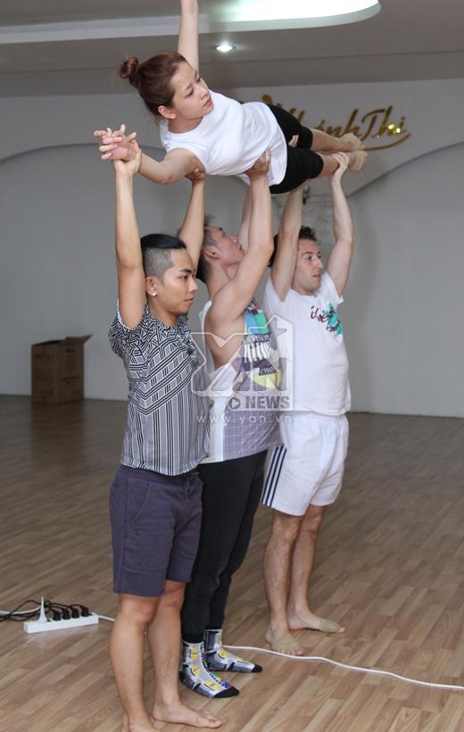 Chi Pu được 3 vũ công nam nhấc bổng lên không trung. - Tin sao Viet - Tin tuc sao Viet - Scandal sao Viet - Tin tuc cua Sao - Tin cua Sao