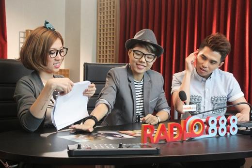 Vũ Cát Tường lém lỉnh chặt chém 2 'chủ xị' hài hước của Radio 88.8