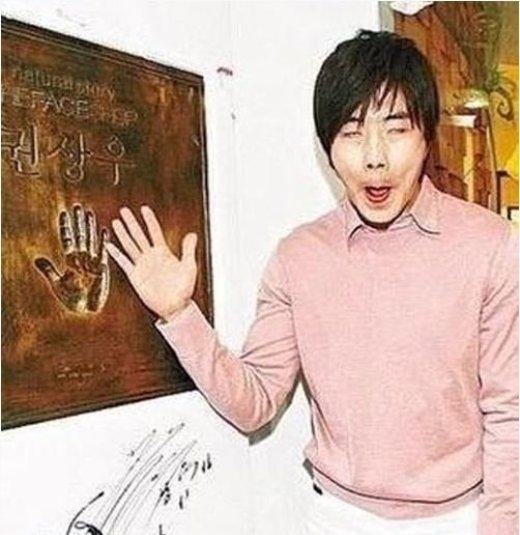 """Tham gia in dấu tay quảng cáo cho hãng mỹ phẩm, tài tử Kwon Sang Woo thể hiện khả năng hài hước với biểu cảm gương mặt """"xấu ơi là xấu"""" của mình."""