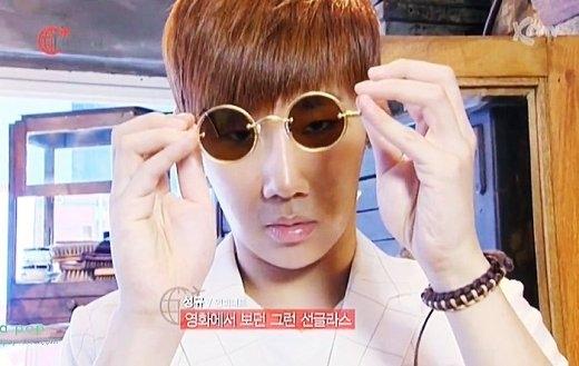 Sunggyu (Infinite) thỏa mãn mong ước trở thành diễn viên với chiếc kính tròn ngố.