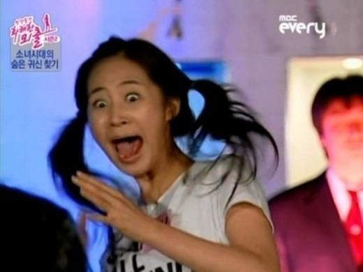 """Bất ngờ bị hù ma, Yuri (SNSD) không kìm chế được sự bất ngờ, phản ứng hốt hoảng của cô nàng vẫn luôn được fan ghi nhớ và đến nay vẫn được trưng dụng trong nhiều trò """"dìm hàng"""" thần tượng."""