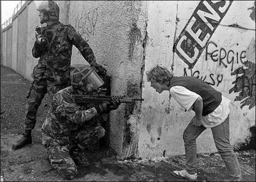 Cuộc 'đối đầu' giữa một thiếu niên Ailen và binh sĩ Anh trong tình trạng bất ổn ở Bắc Ireland.