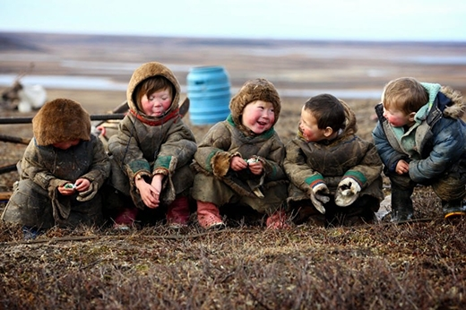 Những đứa trẻ vô tư và hạnh phúc đang trò chuyện cùng nhau.