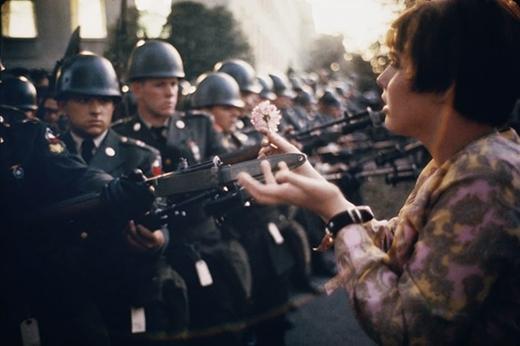 Năm 1967, cô gái 17 tuổi Jan Rose Kasmir đã tặng hoa cho những người lính trong một cuộc biểu tình chống chiến tranh bên ngoài Lầu Năm Góc.