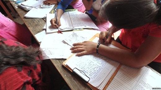 Các học sinh ở Ấn Độ ngang nhiên chép phao trong khi thi cử.