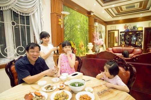 Á quân Vietnam's Got Talent được mẹ cột tóc gọn gàng trước khi ăn cơm. Vợ chồng nữ ca sĩ Quảng Ninh cho biết cuộc thi giúp cô bé dạn dĩ hơn trước rất nhiều. 'Chúng tôi không quan trọng giải thưởng. Bé Bích Ngọc đi thi chỉ để vui, mạnh dạn trước đám đông vì ngày trước bé ít nói, nhút nhát. Nếu sau này cô bé muốn theo đuổi nghệ thuật, chúng tôi sẽ ủng hộ' - Trang Nhung chia sẻ.