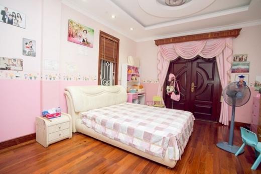 Nội thất trong nhà được chính tay vợ chồng Trang Nhung chọn. Mỗi phòng được thiết kế và tô màu phù hợp cung mệnh, phong thủy từng thành viên trong gia đình. Phòng bé Bích Ngọc nằm ở lầu 2, bên cạnh phòng các anh, chị.