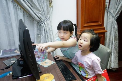 Bích Ngọc và em gái 5 tuổi thích xem những clip ca nhạc trên mạng. Trong gia đình, 4 chị em đều thừa hưởng năng khiếu nghệ thuật từ mẹ. Không có thời gian dạy con hát, Trang Nhung thu âm những bài hát để các con nghe hàng ngày.