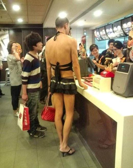 Nếu sợ vào cửa hàng thức ăn nhanh và không được nhân viên chú ý phục vụ, hãy ăn mặc như anh chàng này nhé