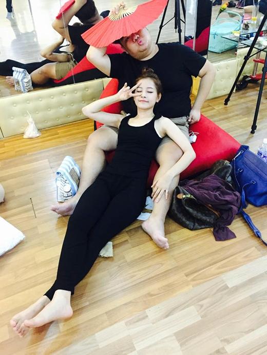 Chi Pu tỏ ra thích thú vì đang lúc tập luyện mệt mỏi, cô nàng lại phát hiện ra một chiếc 'đệm người' khá êm ái để tựa lưng. Tuy 'chiếc đệm' đã bị che nửa mặt nhưng nhiều fans vẫn nhận ra đây là anh chàng Vương Khang béo ú đáng yêu của Bước nhảy hoàn vũ 2015. Có lẽ Vương Khang sẽ góp mặt trong đêm chung kết tuần này nên anh chàng đang gấp rút tập luyện cho phần trình diễn của mình.