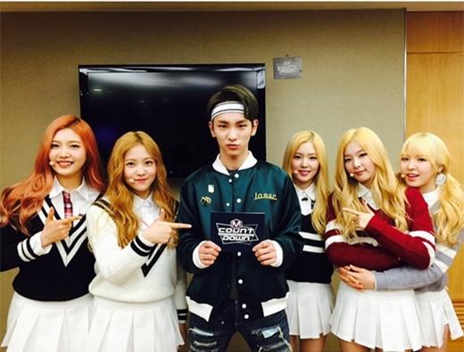 Key đăng tải hình chụp cùng đàn em Red Velvet trong hậu trường M!Countdown