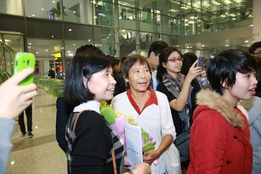 Đi cùng Maggie là người mẹ Việt Nam...