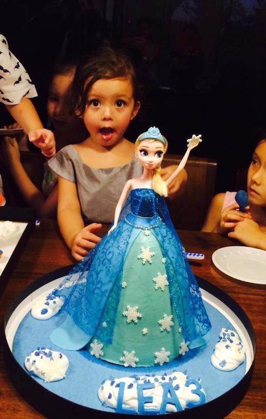 Chiếc bánh nàng công chúa Elsa có đôi mắt to tròn dễ thương trông rất giống bé Tép. - Tin sao Viet - Tin tuc sao Viet - Scandal sao Viet - Tin tuc cua Sao - Tin cua Sao