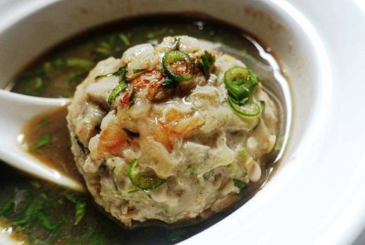 Nếu không quá đói thì súp thịt viên là một lựa chọn tốt cho bạn nếu muốn ăn thử các món đường phố ở Singapore.